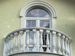 Балясины на балконе в доме фото с фасада