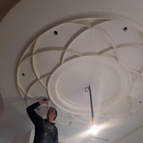 Установка наборной розетки из гипсовых тяг на потолке
